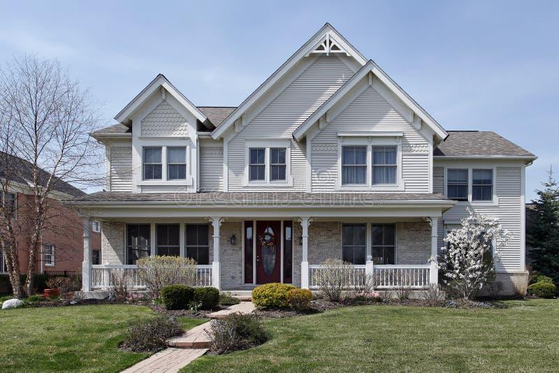 Casa con il portico di fronte immagine stock immagine di for Piccola casa con avvolgente portico