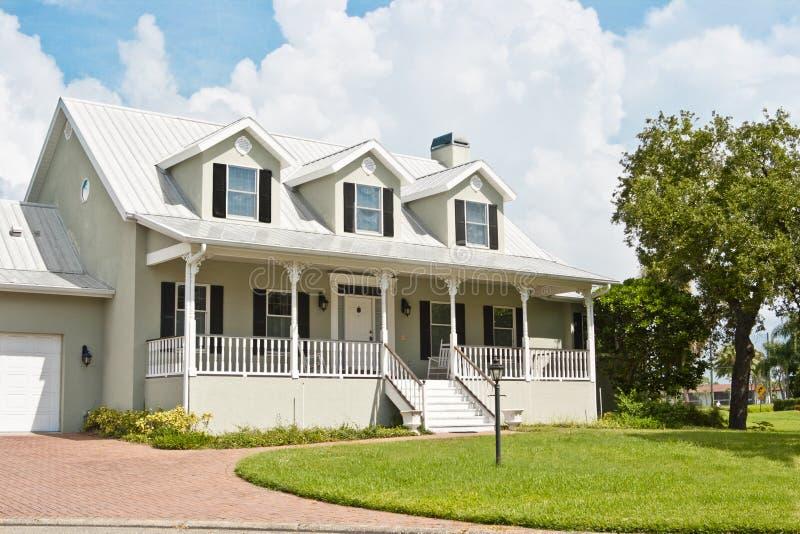 Casa con il portico ed il Dormer Windows fotografia stock libera da diritti