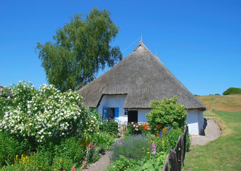 Casa con la azotea cubierta con paja, isla de Ruegen fotografía de archivo libre de regalías