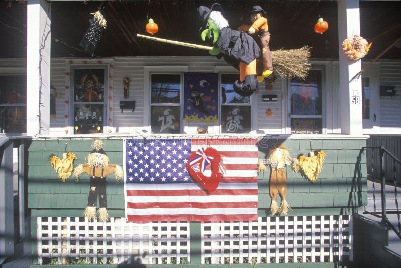 Casa con la bandera y las decoraciones de Halloween, Nueva Inglaterra imagen de archivo libre de regalías