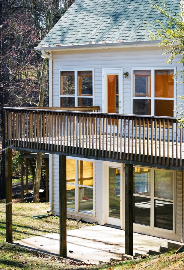 Casa con la cubierta y el patio imagen de archivo libre de regalías