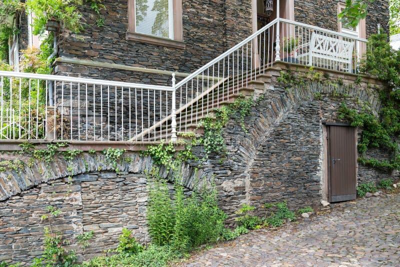 Casa con la fachada de la piedra del ladrillo y las - Escaleras de ladrillo ...