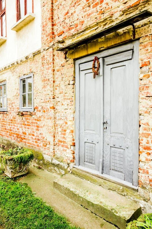 Casa con la pared de ladrillo vieja imagen de archivo