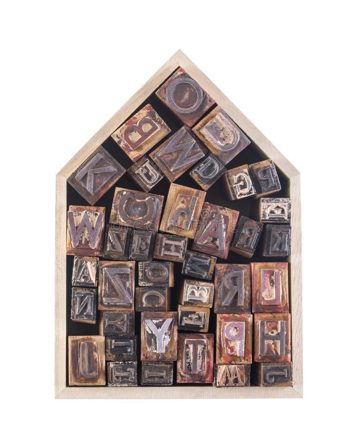 Casa con las letras de molde de madera aisladas en el fondo blanco fotografía de archivo libre de regalías