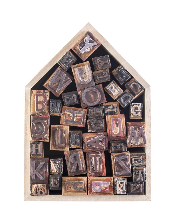 Casa con las letras de molde de madera aisladas en el fondo blanco imágenes de archivo libres de regalías