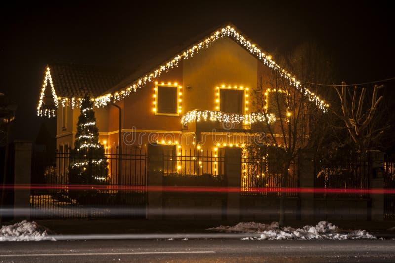Casa con las luces de la Navidad fotos de archivo libres de regalías