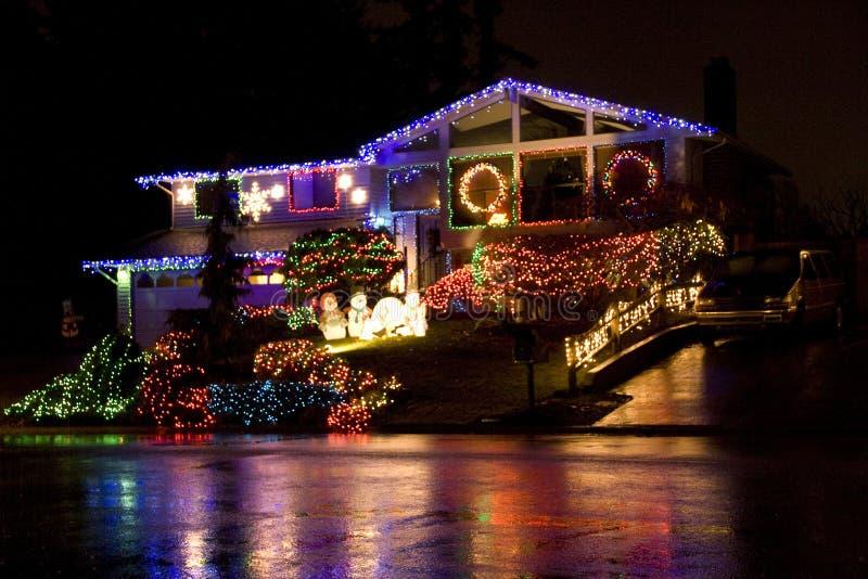 Casa con las luces de la Navidad fotografía de archivo libre de regalías