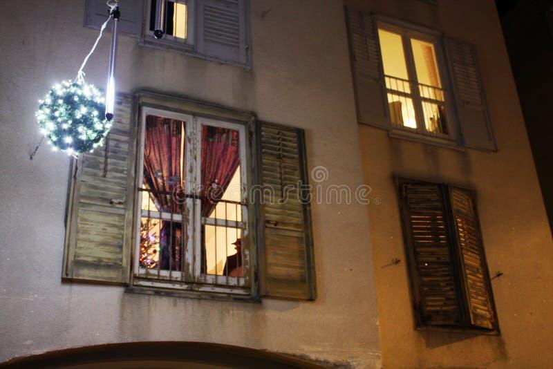 Casa con las ventanas en las decoraciones de Christmass imagen de archivo libre de regalías