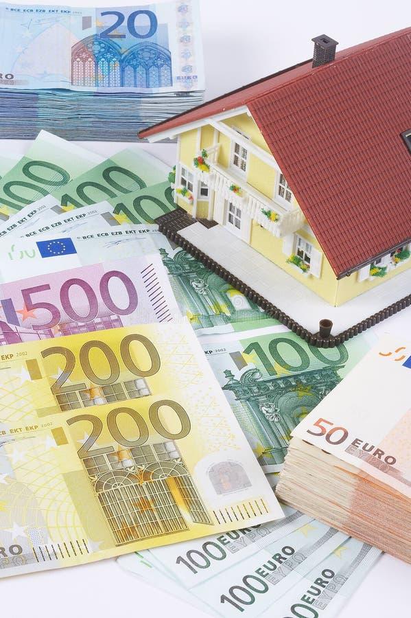 Casa con los billetes de banco imagen de archivo libre de regalías