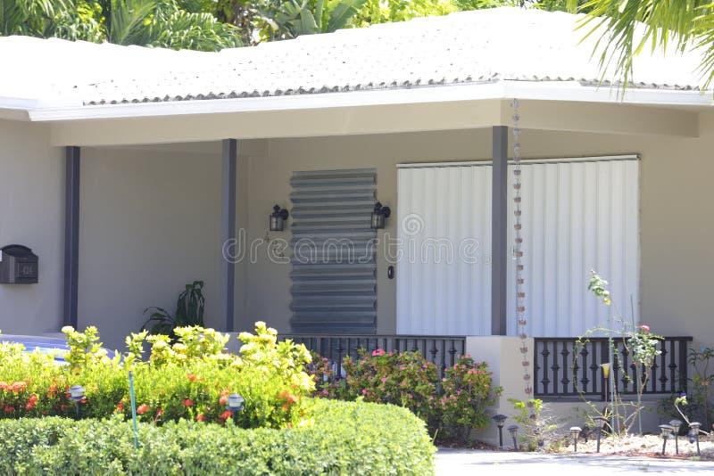Casa con los obturadores del huracán imágenes de archivo libres de regalías