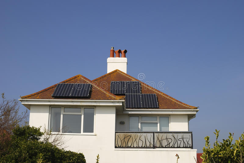 Casa con los paneles solares en la azotea. Reino Unido. Inglaterra