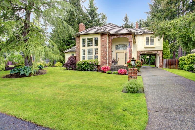 Casa con mattoni a vista di lusso con la disposizione del raccordo immagine stock libera da diritti