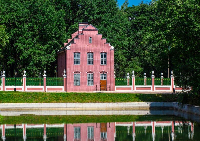 Casa con mattoni a vista olandese nel parco di Kuskovo fotografia stock