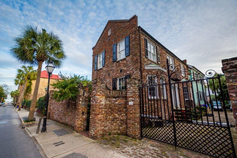 Casa con mattoni a vista storica a Charleston, Carolina del Sud fotografie stock