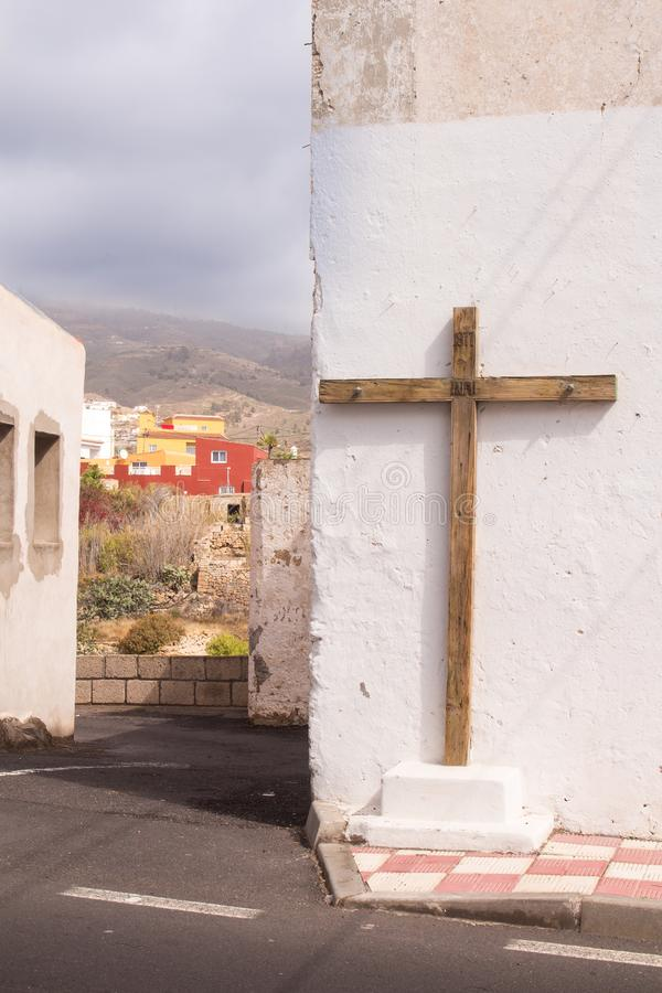 Casa con una cruz de madera foto de archivo
