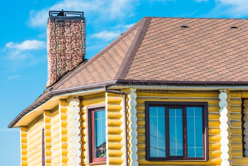 Casa con una ventana del tejado de aguilón fotos de archivo libres de regalías
