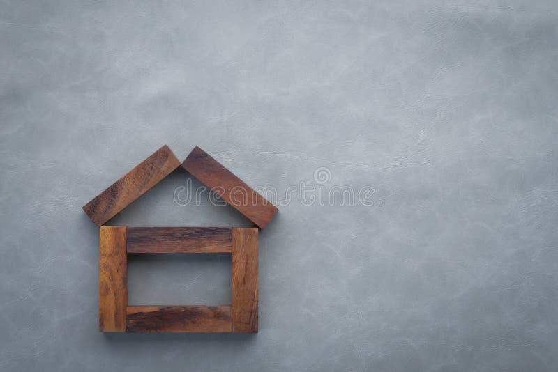 Casa construída das partes de madeira do retângulo fotografia de stock