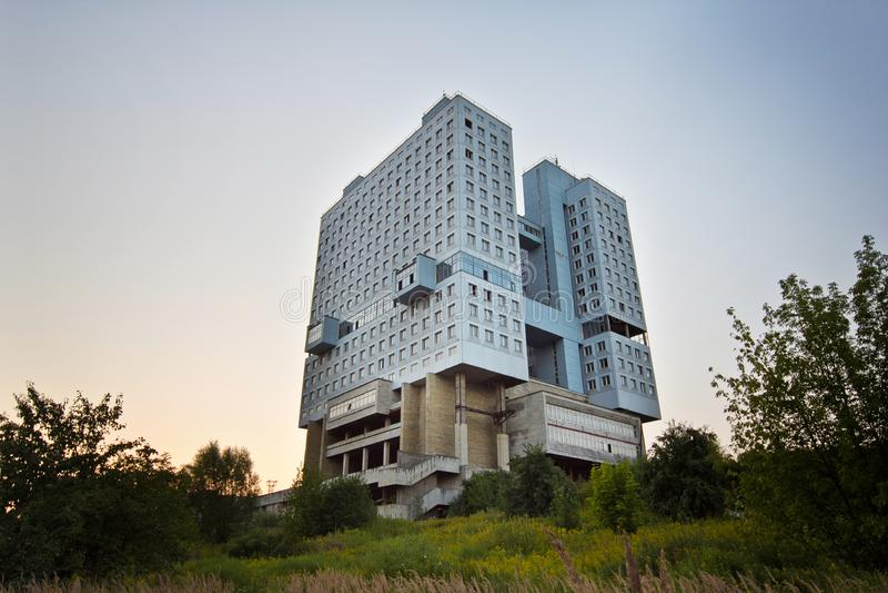Casa constructiva abandonada de la casa de consejos de soviet en Kalin fotografía de archivo