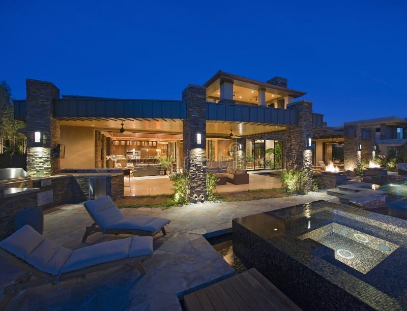Casa contemporánea con la piscina de la zambullida imagenes de archivo