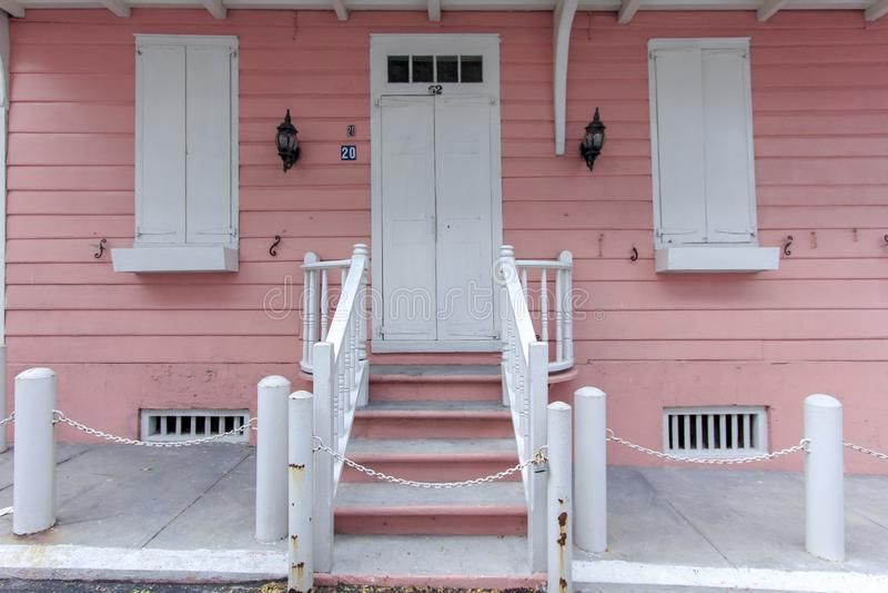 Casa cor-de-rosa branca fotografia de stock