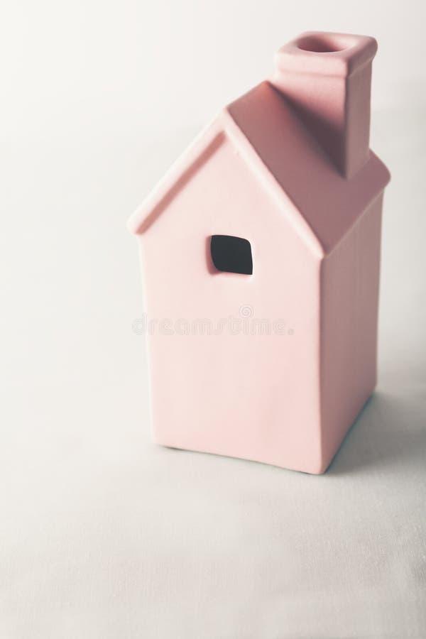 Casa cor-de-rosa do brinquedo no fundo pastel fotografia de stock royalty free