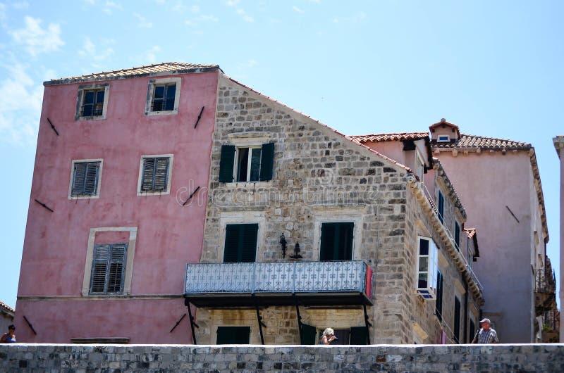 Casa cor-de-rosa velha na cidade velha de Dubrovnik, Croácia imagens de stock