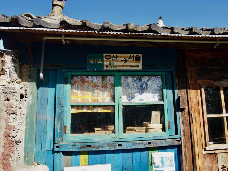 A casa coreana muito velha com paredes azuis, mostra o connectio do trem imagem de stock royalty free