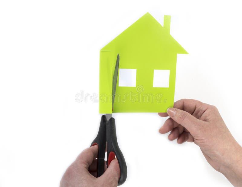 Casa cortada del papel Para poseer un concepto de la casa foto de archivo libre de regalías