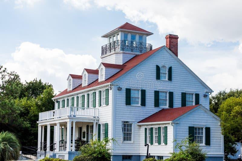 Casa costiera con gli abbaini e la passeggiata delle vedove fotografia stock libera da diritti