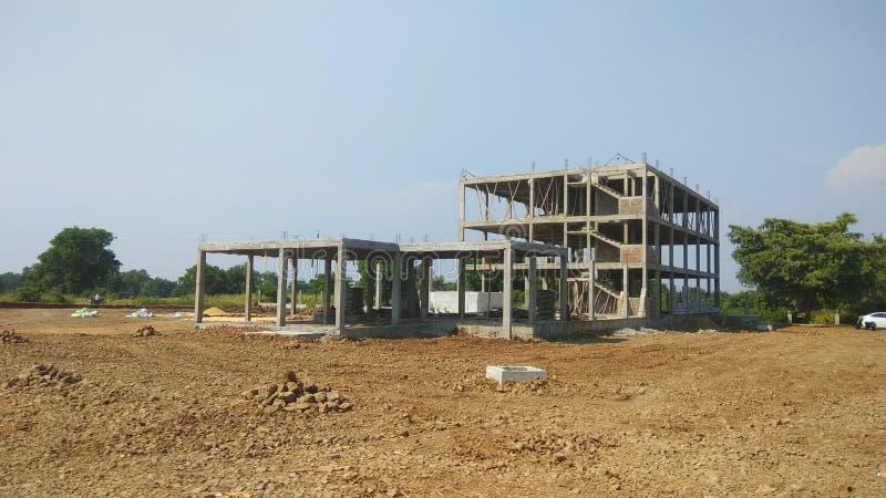 Casa in costruzione su una strada principale vicino a Indore immagini stock