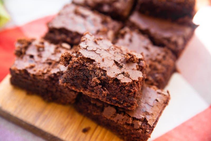 A casa cozeu partes de brownies ricas do caramelo imagem de stock royalty free
