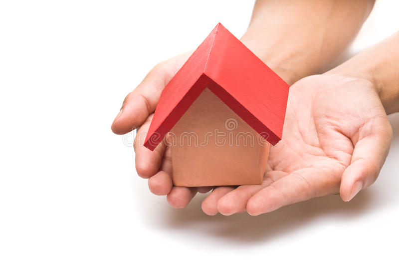 Casa cubierta roja en mano humana