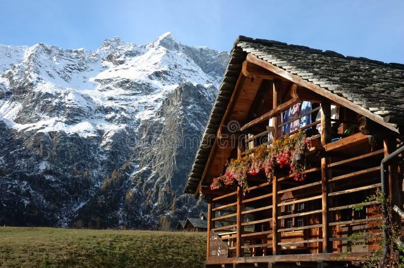 Casa da aldeia da montanha imagens de stock royalty free