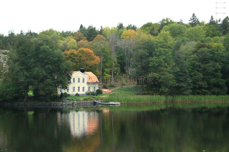 Casa da beira do lago fotografia de stock