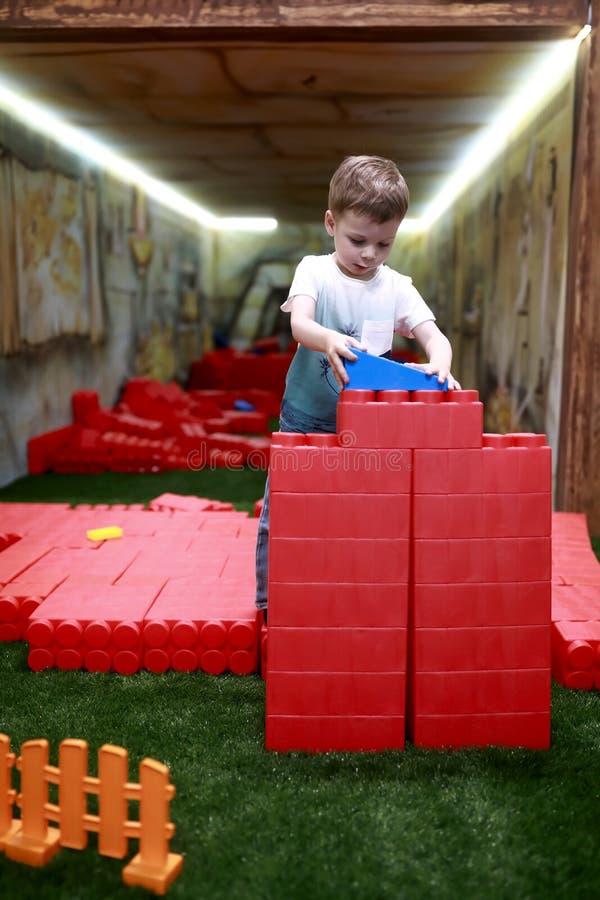 Casa da construção do menino fotos de stock royalty free