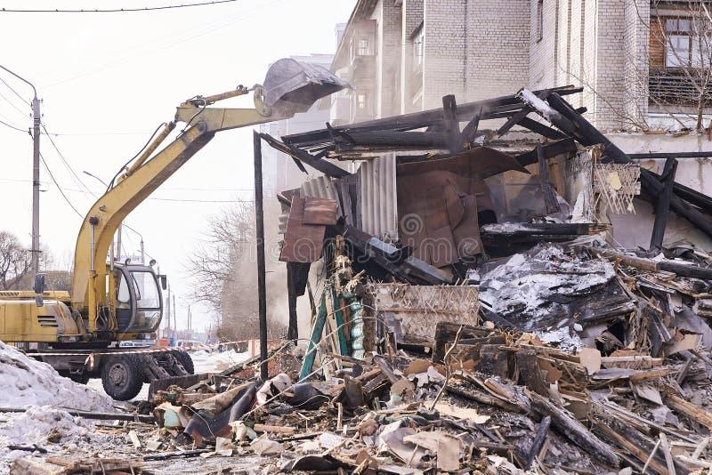 Casa da demolição Renovação de construção na cidade Disjuntor industrial foto de stock