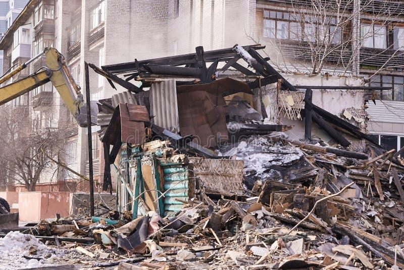 Casa da demolição Renovação de construção na cidade Disjuntor industrial fotografia de stock royalty free