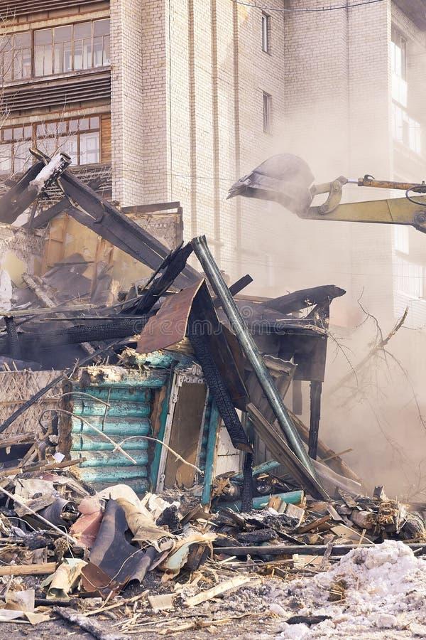 Casa da demolição Renovação de construção na cidade Disjuntor industrial foto de stock royalty free
