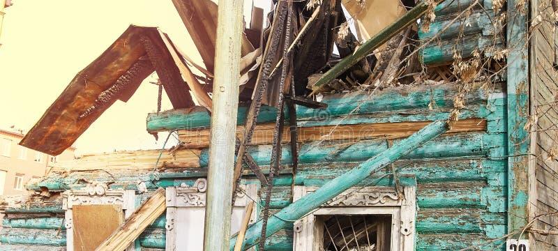 Casa da demolição usando a máquina escavadora na cidade Reconstruindo o processo Remova o equipamento foto de stock