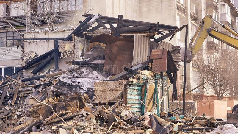 Casa da demolição usando a máquina escavadora na cidade Reconstruindo o processo Remova o equipamento imagens de stock royalty free