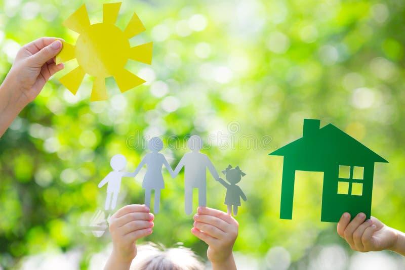 Casa da ecologia nas mãos fotos de stock