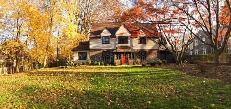 Casa da família com gramado dianteiro - panorama foto de stock