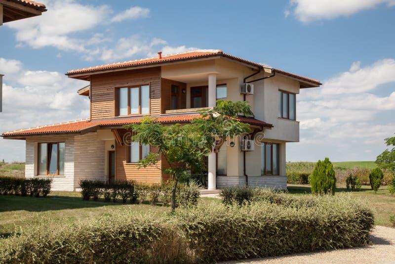 Casa da família com jardim fotografia de stock royalty free
