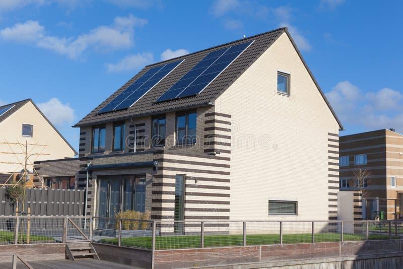 Casa da família com painéis solares imagens de stock royalty free