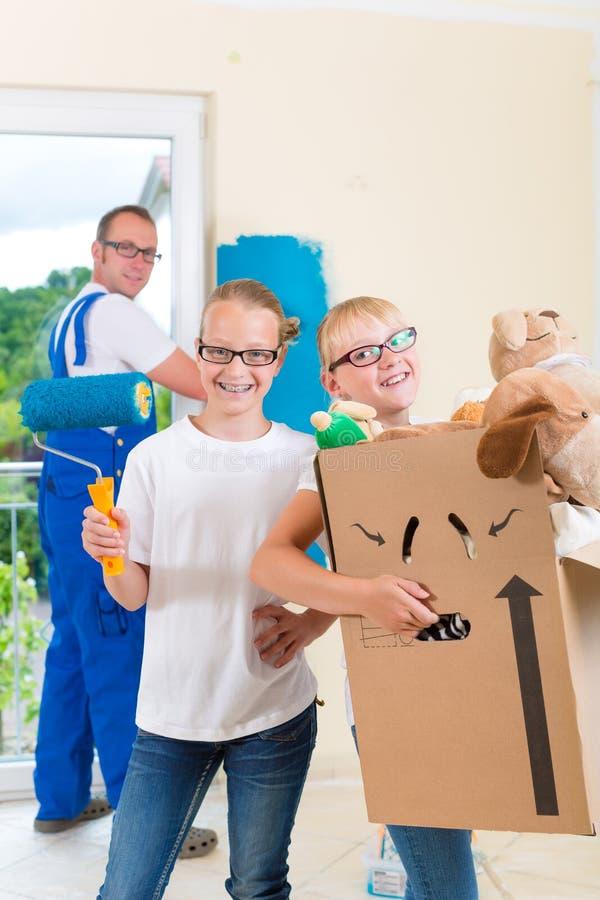 Casa da família e casa moventes da renovação fotos de stock royalty free