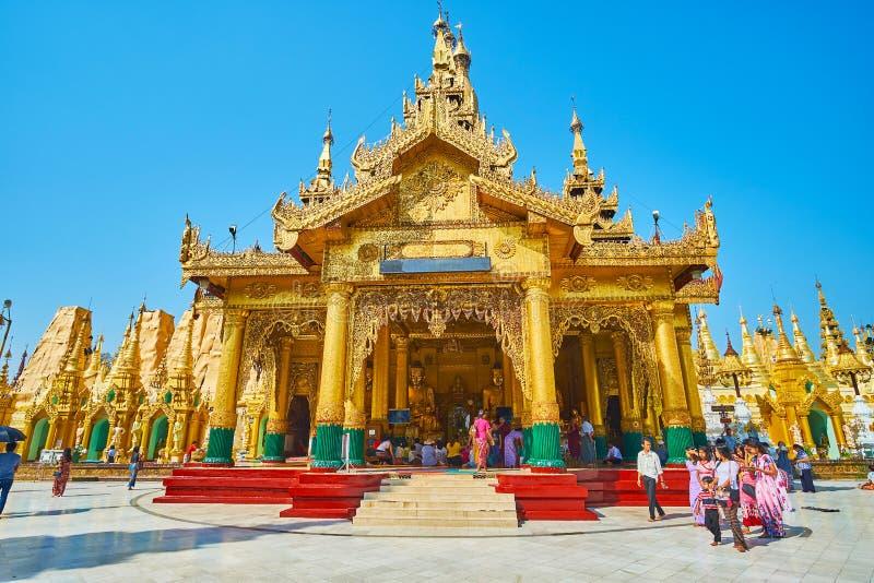 Casa da imagem da Buda de Kakusanda em Shwedagon Zedi Daw, Yangon, M imagens de stock royalty free