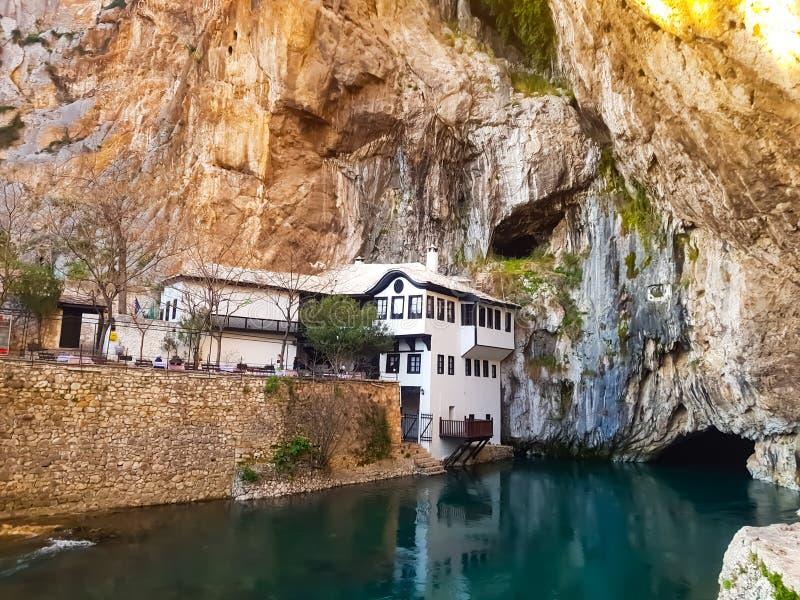Casa da margem no Buna, na Bósnia e na Herzegovina foto de stock