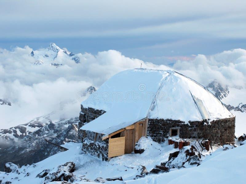 Casa da montanha alta no acampamento base do alpinismo de Priyut 11 fotografia de stock