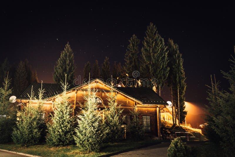 Casa da noite nas montanhas imagens de stock