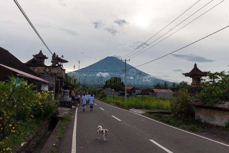 Casa da palha na aldeia da montanha fotografia de stock